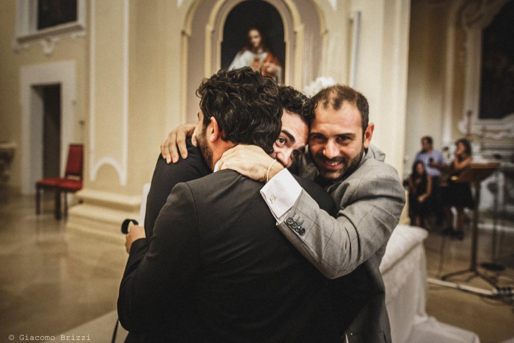 Un abbraccio con lo sposo, fotografo matrimonio francavilla fontana, puglia