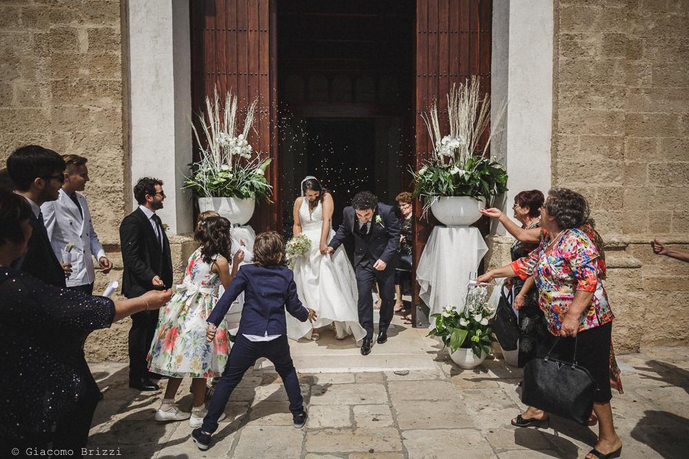 I due sposi escono dalla chiesa, fotografo matrimonio francavilla fontana, puglia