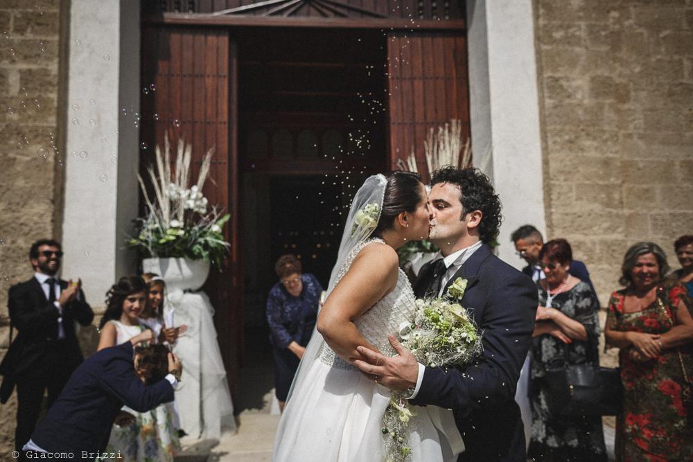 Bacio degli sposi fuori la chiesa, fotografo matrimonio francavilla fontana, puglia