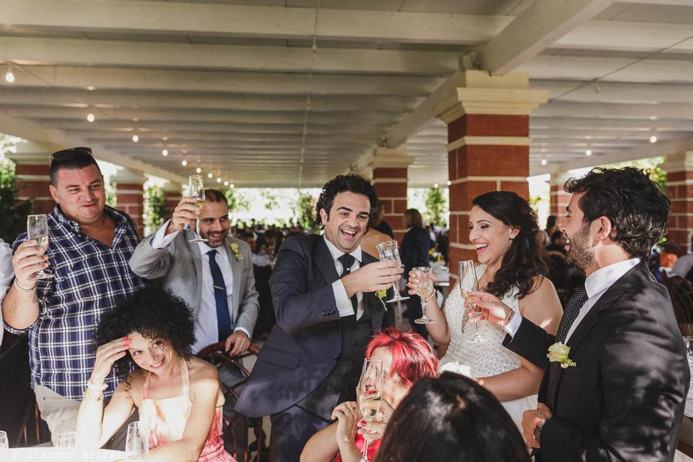 Gli sposi brindano con gli invitati alla cerimonia, fotografo matrimonio francavilla fontana, puglia
