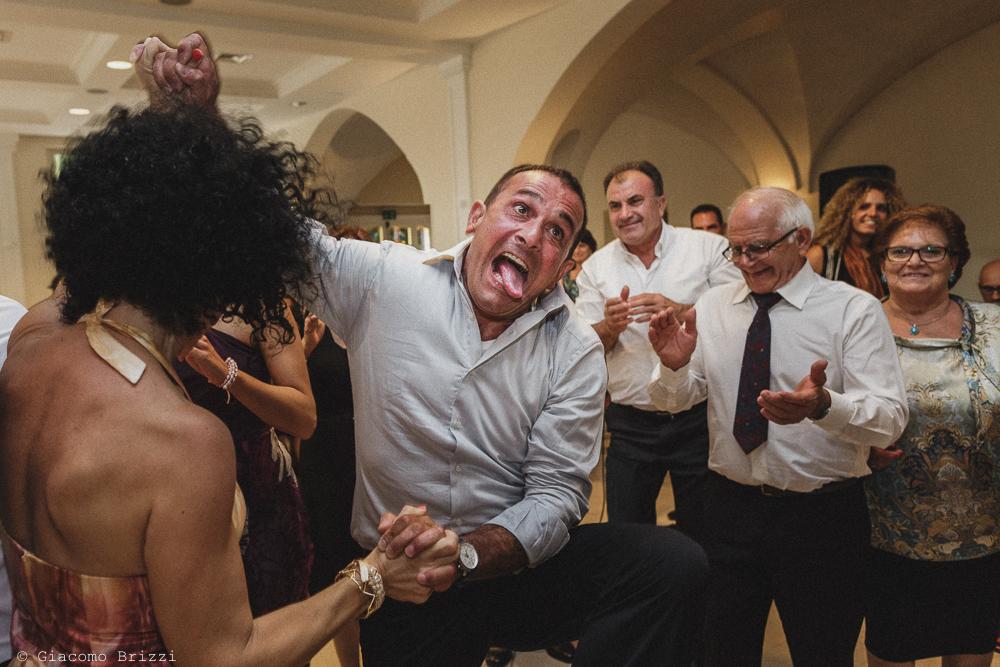 Un momento goliardico durante i balli al ricevimento, fotografo matrimonio francavilla fontana, puglia