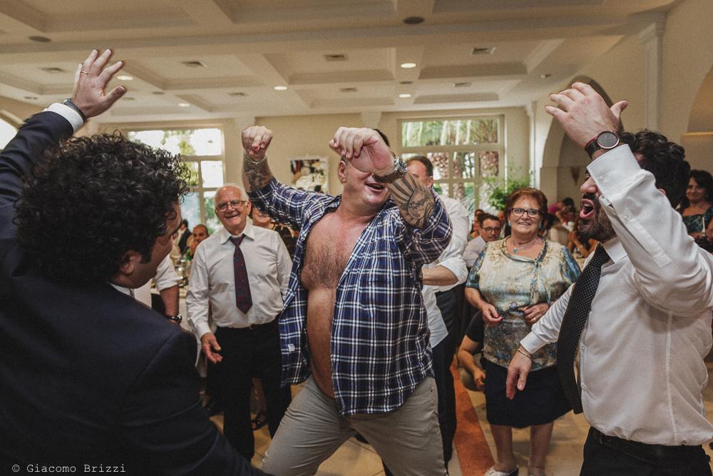 Altro momento goliardico durante i balli al ricevimento, fotografo matrimonio francavilla fontana, puglia