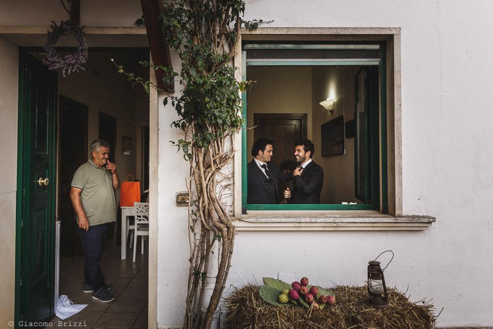 Inquadratura sullo sposo sullo sfondo, fotografo matrimonio francavilla fontana, puglia