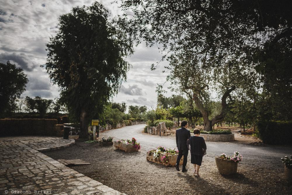 Lo sposo va a braccetto verso la chiesa, fotografo matrimonio francavilla fontana, puglia