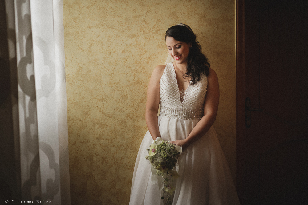Foto figura intera della sposa con l'abito appena indossato, fotografo matrimonio francavilla fontana, puglia