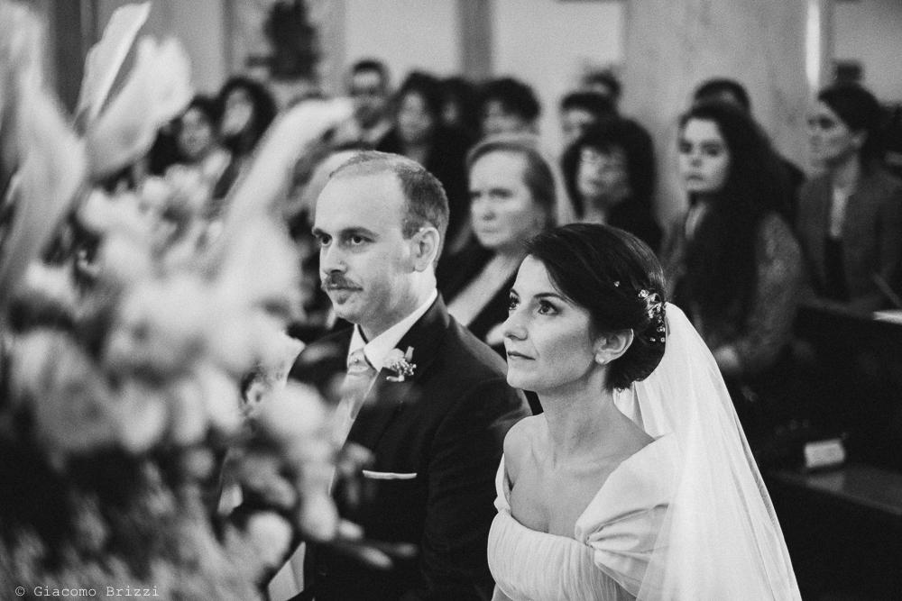 Primo piano sui due sposi all'altare, durante la cerimonia religiosa, fotografo matrimonio rapallo, liguria