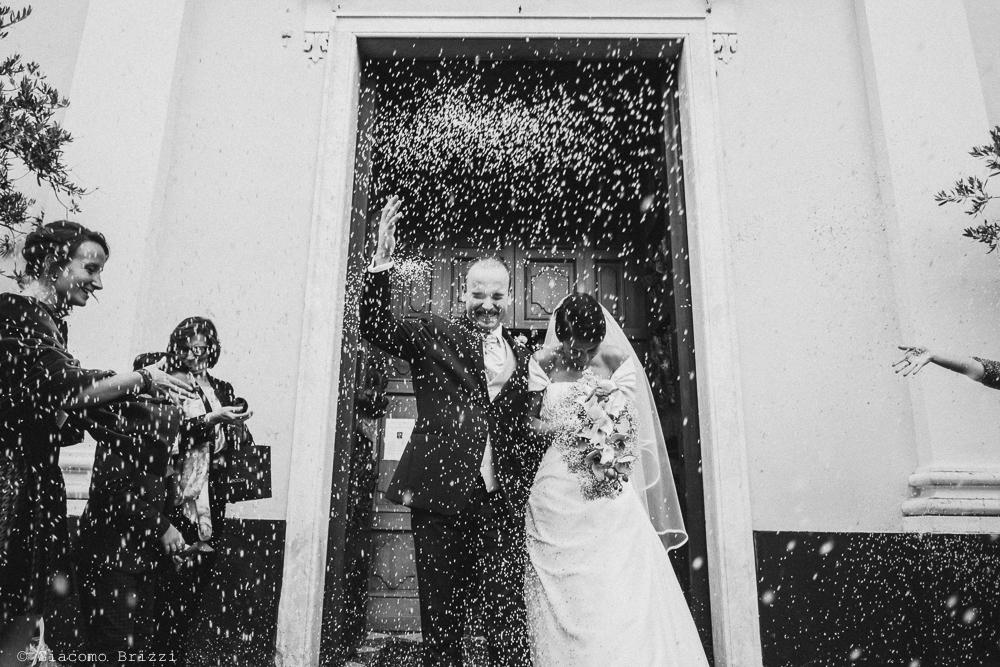 Gli sposi escono dalla chiesa sotto nuvola di riso, fotografo matrimonio rapallo, liguria