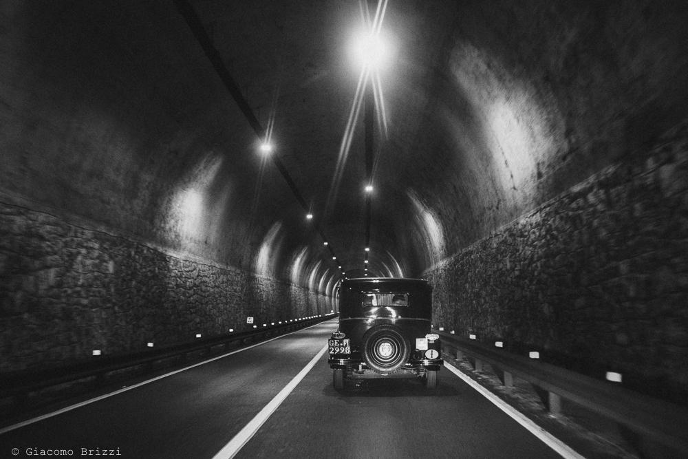 Foto dell'auto con gli sposi che si allontana nel tunnel, fotografo matrimonio rapallo, liguria