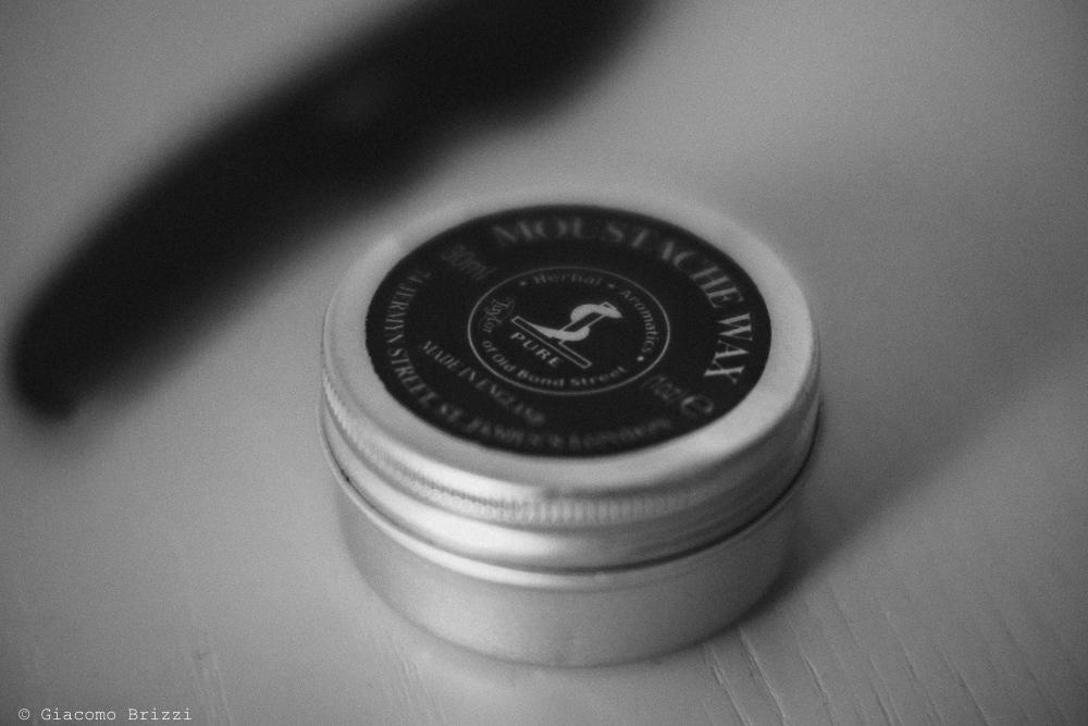 Dettaglio sulla scatolina con l'unguento per i baffi, fotografo matrimonio rapallo, liguria