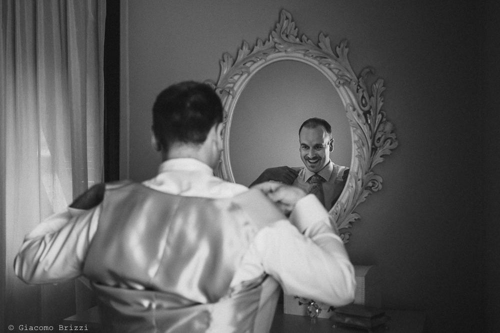 Lo sposo riflesso nello specchio, fotografo matrimonio rapallo, liguria