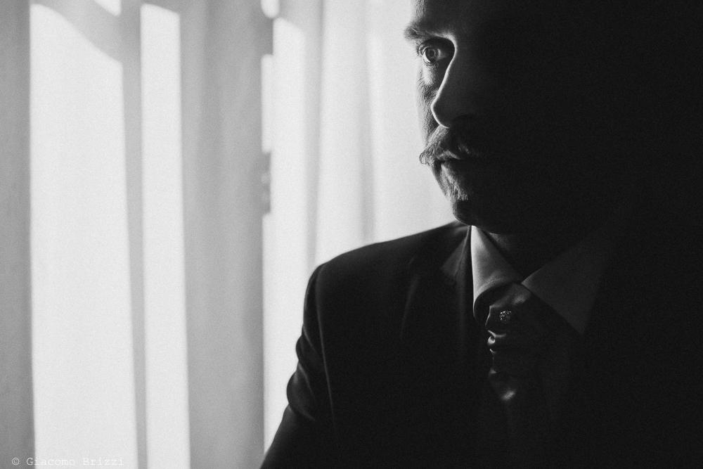 Un primo piano al viso dello sposo, fotografo matrimonio rapallo, liguria