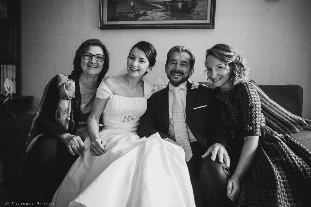 Foto di gruppo con la sposa sul divano, fotografo matrimonio rapallo, liguria