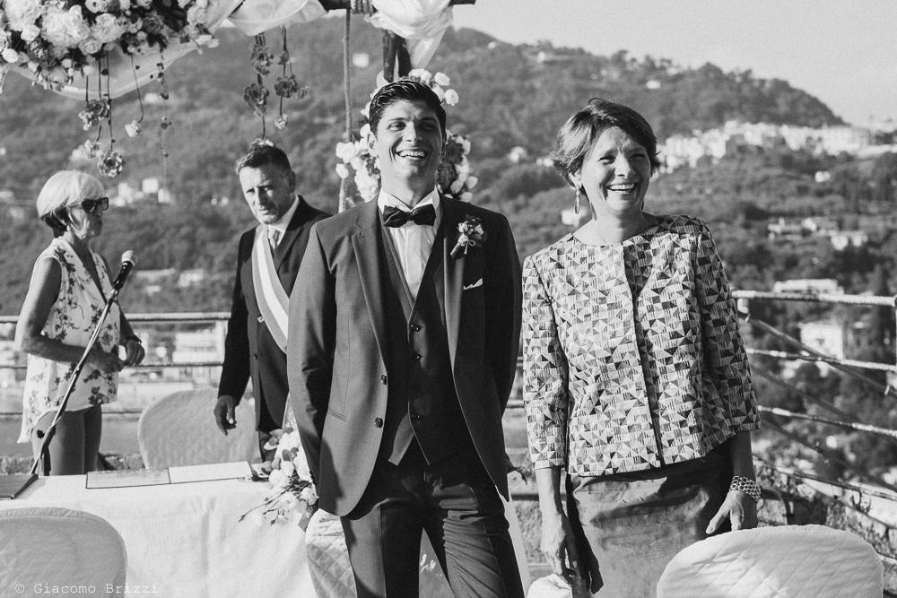 Lo sposo attende la sua futura moglie, fotografo matrimonio ricevimento castello di lerici
