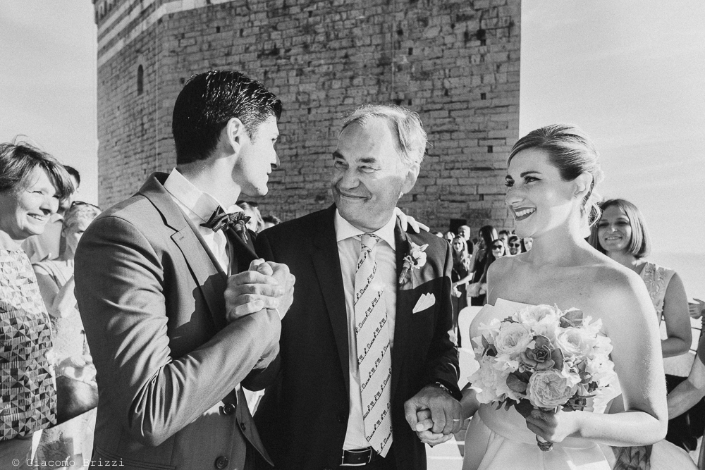 Il padre consegna la figlia nelle mani del futuro marito, fotografo matrimonio ricevimento castello di lerici