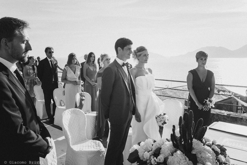 Foto dei due sposi durante la cerimonia, fotografo matrimonio ricevimento castello di lerici
