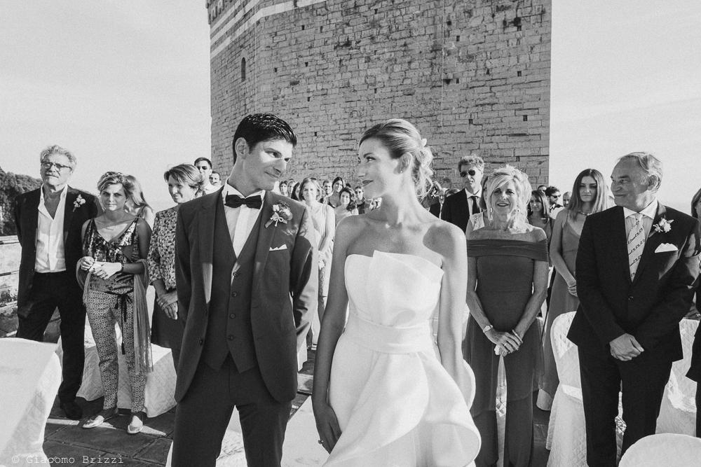 Una foto di dettagli sugli sguardi dei due sposi che si incrociano, fotografo matrimonio ricevimento castello di lerici