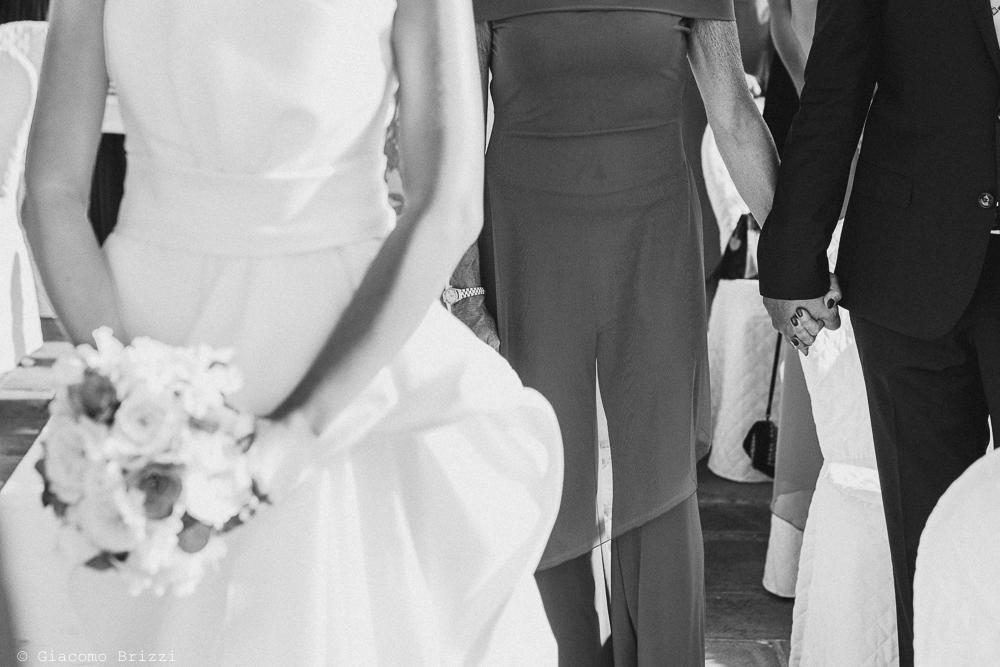 Foto di dettagli su stretta di mani tra coppia di invitati, fotografo matrimonio ricevimento castello di lerici