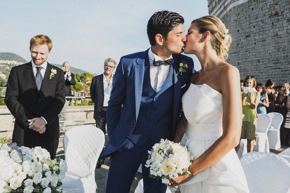 Il bacio tra gli sposi, fotografo matrimonio ricevimento castello di lerici
