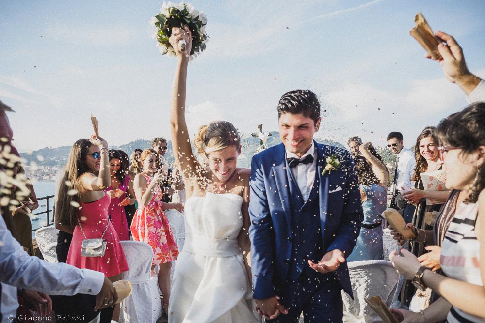 Gli sposi sono festeggiati con il lancio del riso, fotografo matrimonio ricevimento castello di lerici
