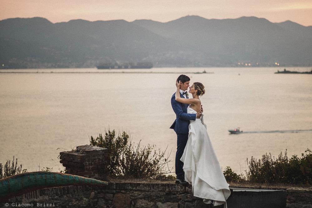 Ritratto di coppia, sullo sfondo il Golfo dei Poeti, fotografo matrimonio ricevimento castello di lerici