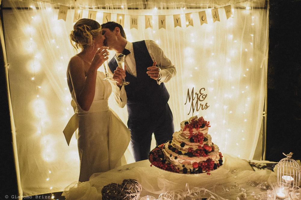 I due sposi si baciano, fotografo matrimonio ricevimento castello di lerici
