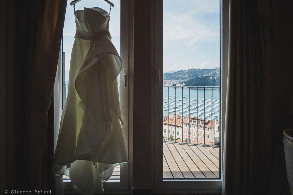 L'abito della sposa con il mare sullo sfondo, fotografo matrimonio ricevimento castello di lerici