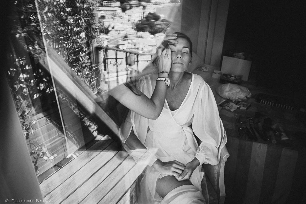 La sposa al trucco, si prepara, fotografo matrimonio ricevimento castello di lerici