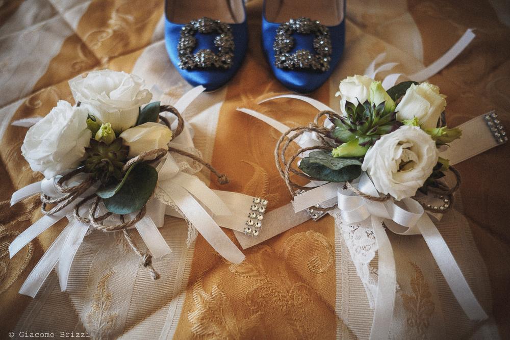 Foto di dettaglio sulle scarpe della sposa e bouquet di fiori, fotografo matrimonio ricevimento castello di lerici