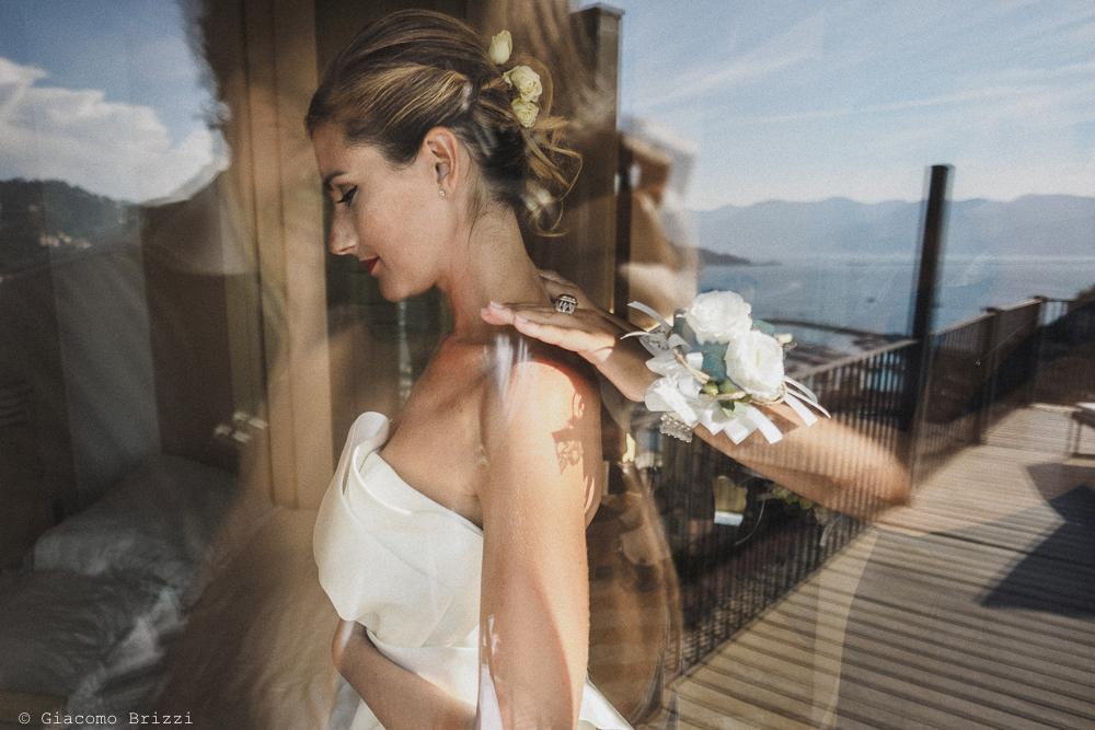 Una foto di profilo alla sposa, con riflesso il mare sullo sfondo, fotografo matrimonio ricevimento castello di lerici
