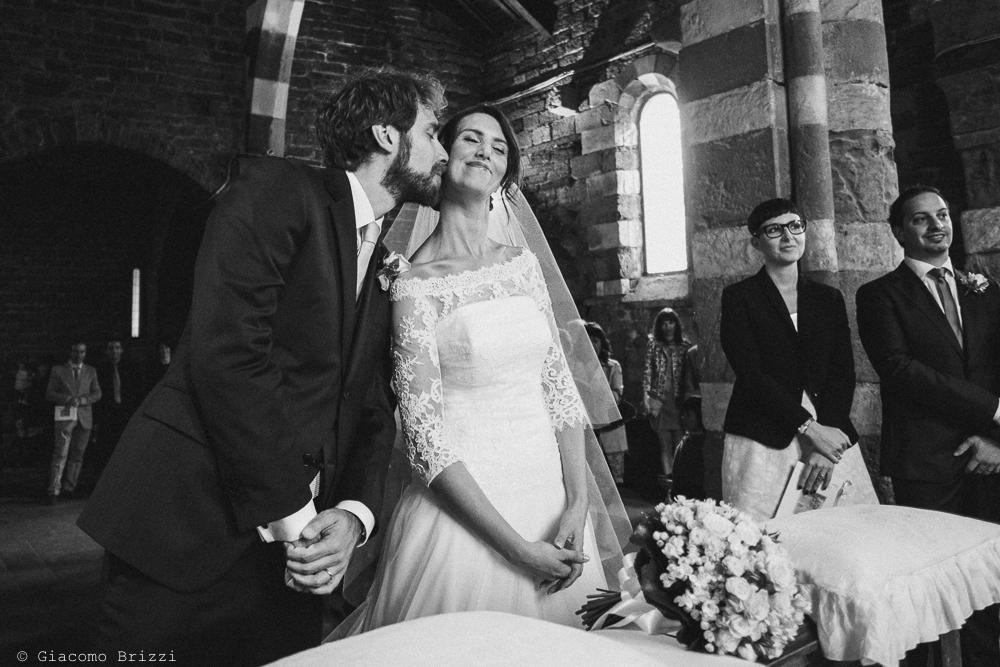 Lo sposo bacia la sposa, fotografo matrimonio ricevimento hotel europa, lerici