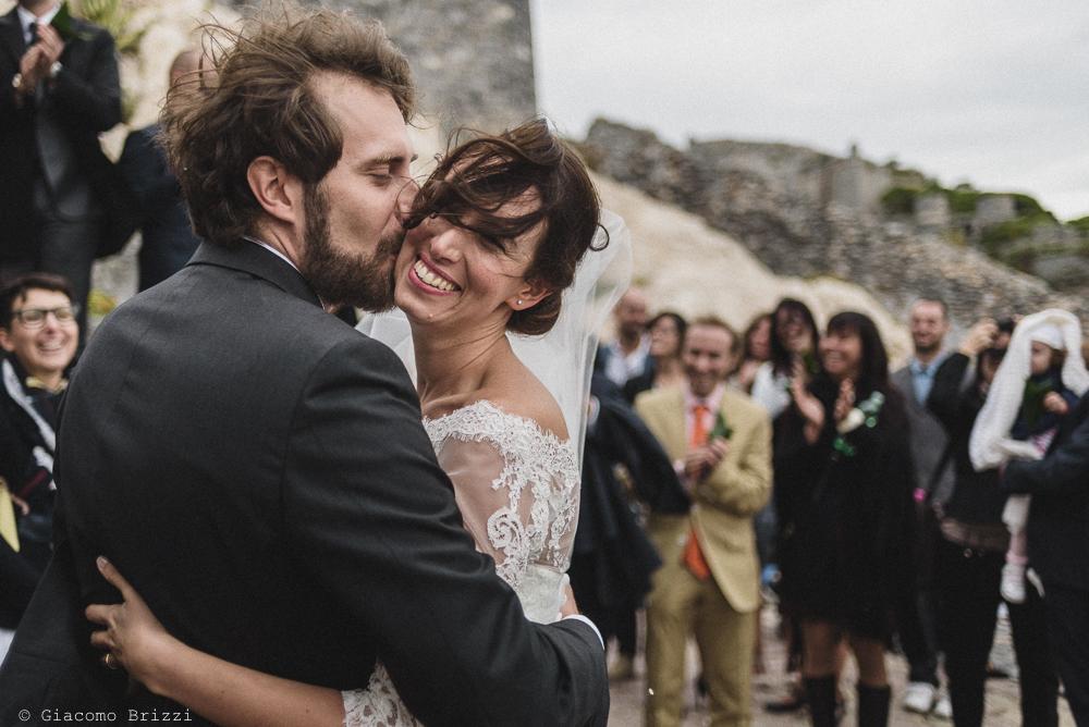 Un abbraccio con bacio tra gli sposi, fotografo matrimonio ricevimento hotel europa, lerici