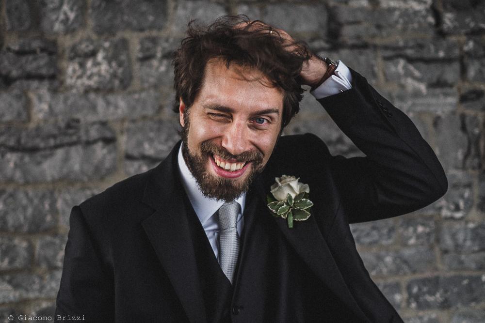 Un primo piano dello sposo sorridente, fotografo matrimonio ricevimento hotel europa, lerici