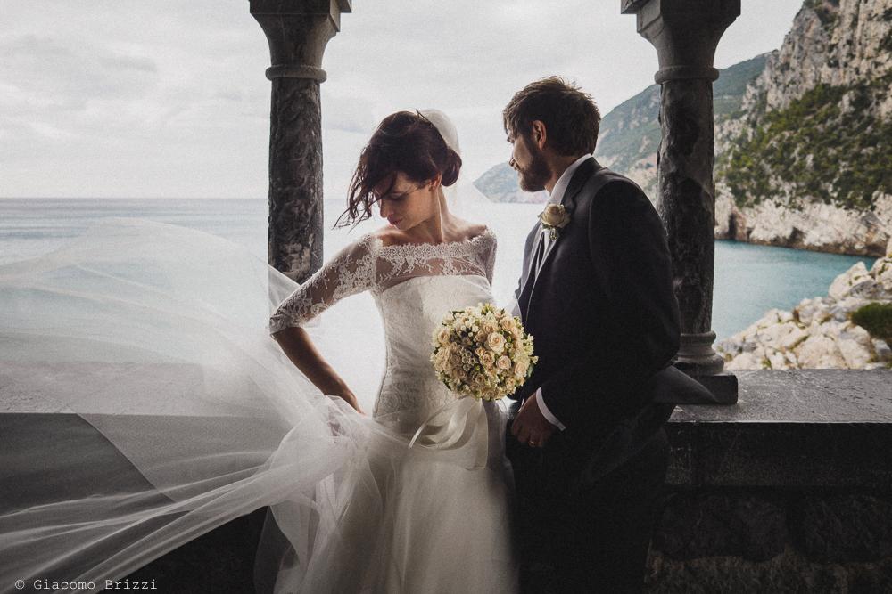 Gli sposi fotografati sotto il porticato, fotografo matrimonio ricevimento hotel europa, lerici