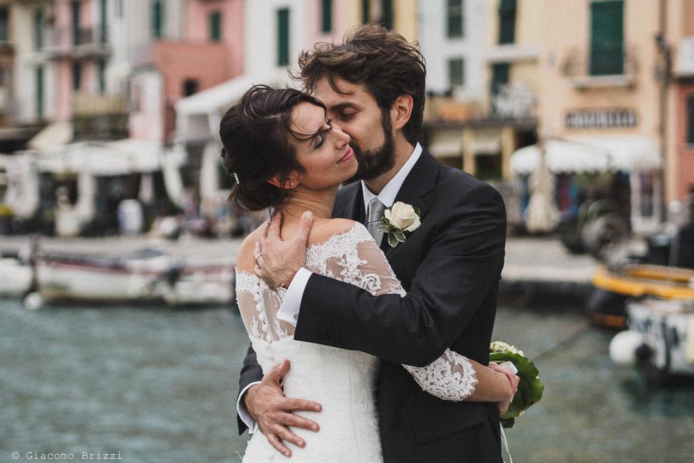 Gli sposi abbracciati si baciano, fotografo matrimonio ricevimento hotel europa, lerici