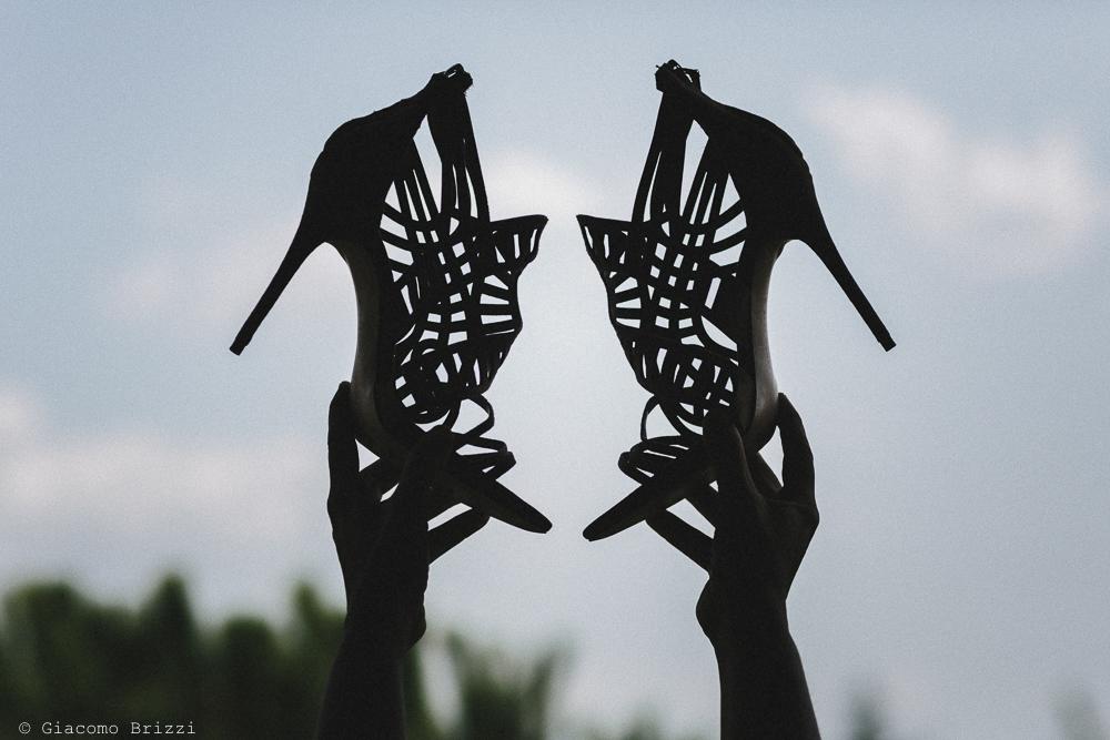 Dettaglio scarpe della sposa in controluce matrimonio viareggio la costa dei barbari