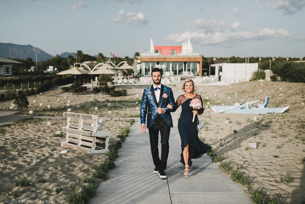 Sottobraccio allo sposo lungo la passerella matrimonio viareggio la costa dei barbari