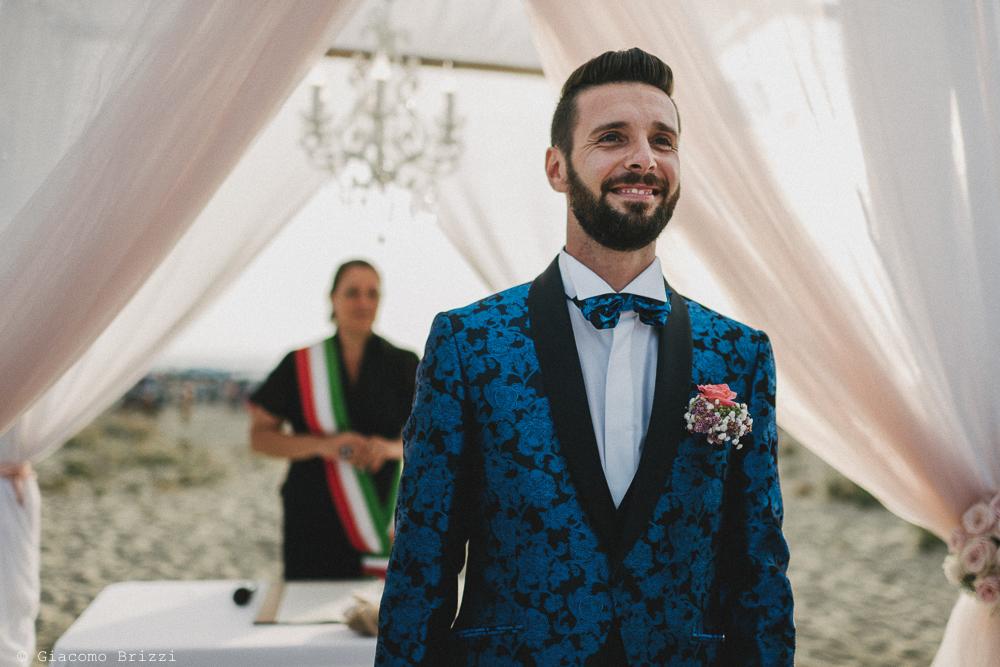 Primo piano dello sposo che attende matrimonio viareggio la costa dei barbari