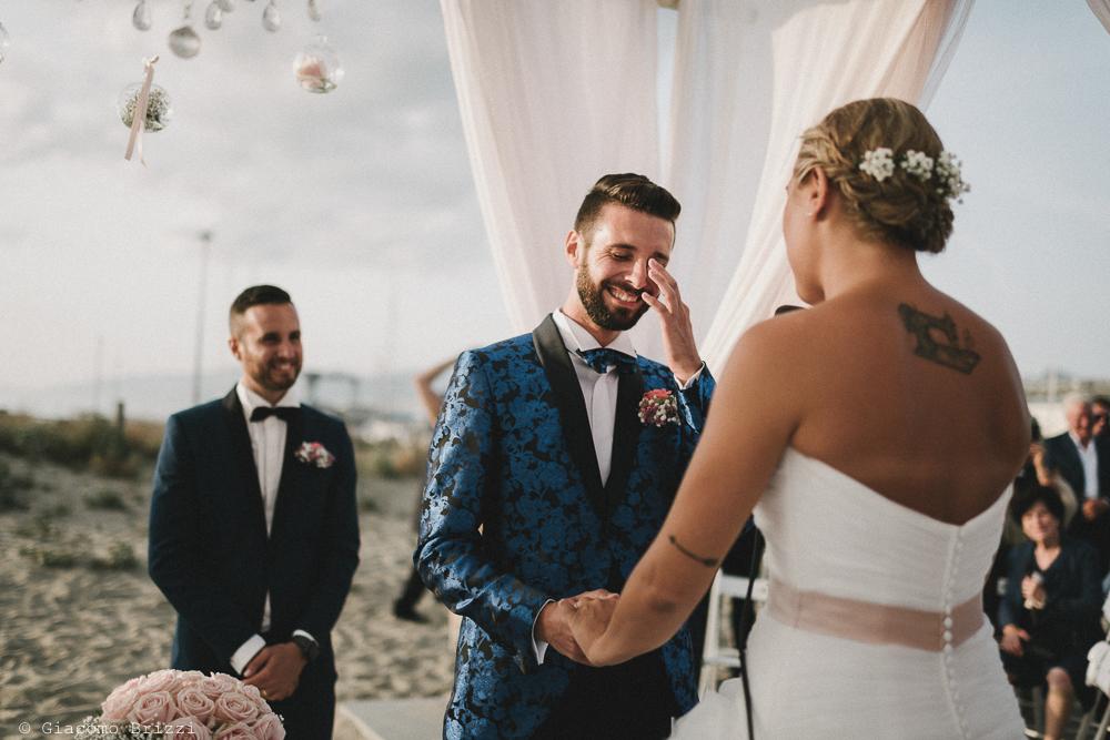 Gli sposi si stringono le mani matrimonio viareggio la costa dei barbari
