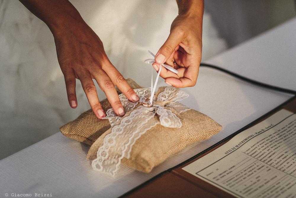 Dettaglio sullo scambio delle fedi matrimonio viareggio la costa dei barbari