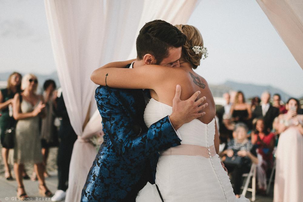 Abbraccio tra gli sposi matrimonio viareggio la costa dei barbari