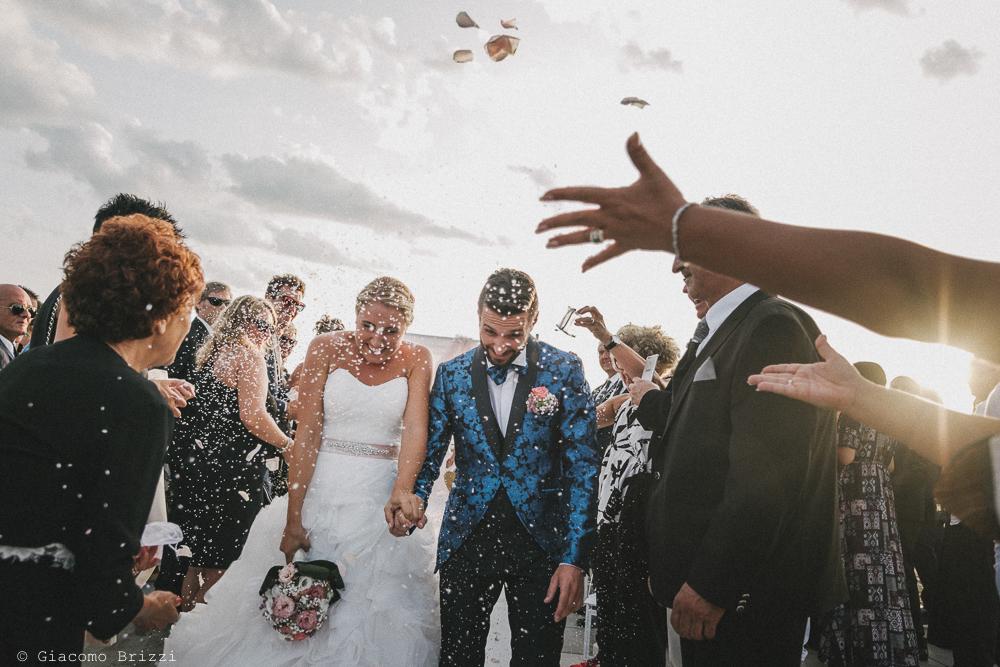 Gli sposi sotto pioggia di riso matrimonio viareggio la costa dei barbari
