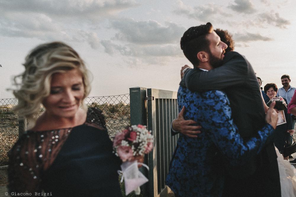 Un abbraccio allo sposo matrimonio viareggio la costa dei barbari