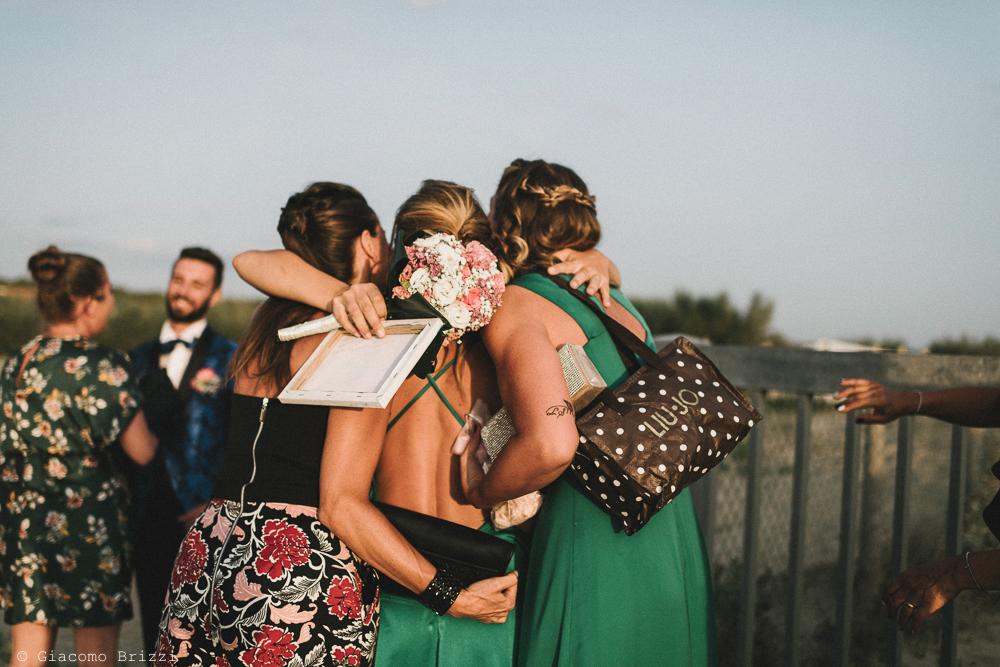 Un abbraccio di gruppo matrimonio viareggio la costa dei barbari
