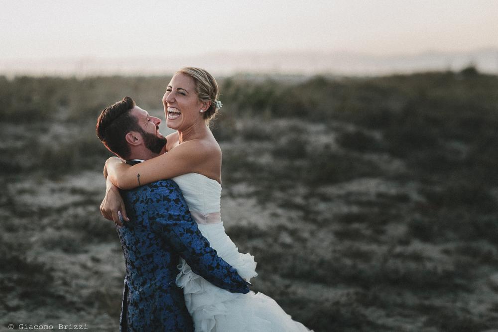 Foto abbraccio tra gli sposi matrimonio viareggio la costa dei barbari