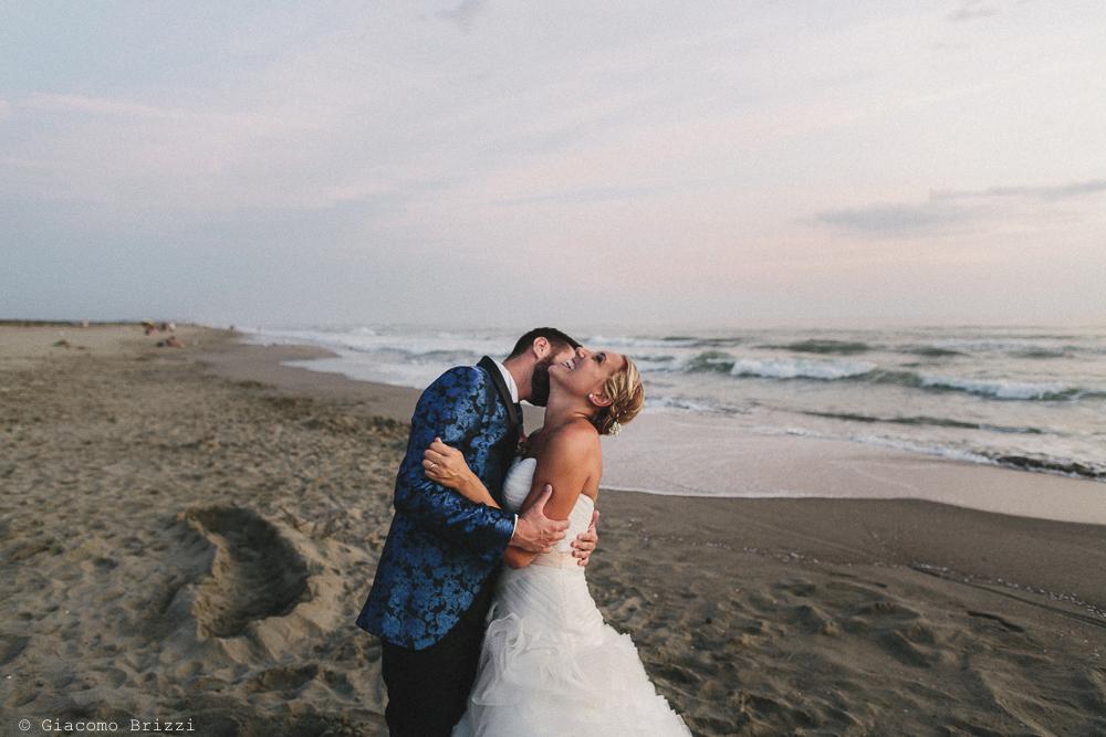 Sposo bacia la sposa matrimonio viareggio la costa dei barbari