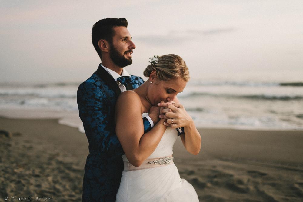 Sposo abbraccia la sposa matrimonio viareggio la costa dei barbari