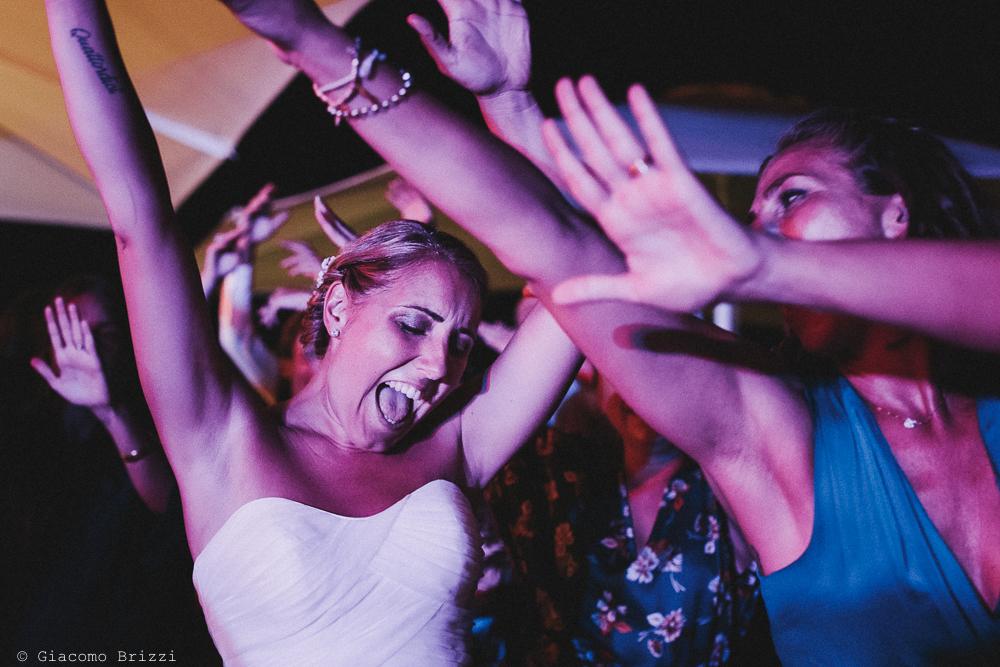 La sposa scatenata in un ballo matrimonio viareggio la costa dei barbari