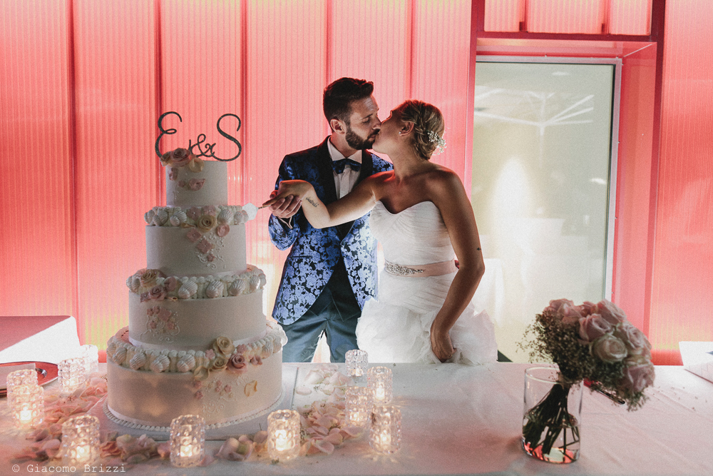 Gli sposi tagliano la torta matrimonio viareggio la costa dei barbari
