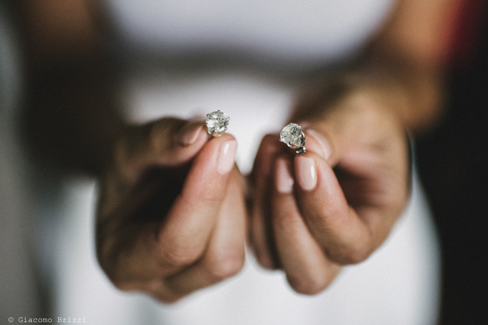 Dettaglio su mani con gioielli matrimonio viareggio la costa dei barbari