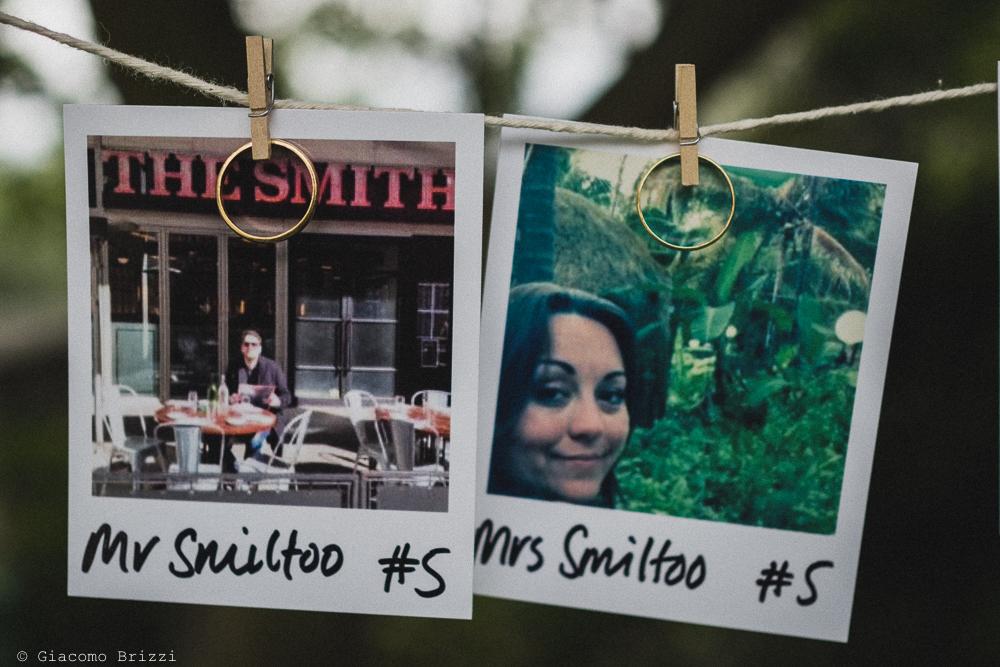 Foto dettaglio cartoline e fedi nuziali, fotografo matrimonio ricevimento la ginestra, finale ligure